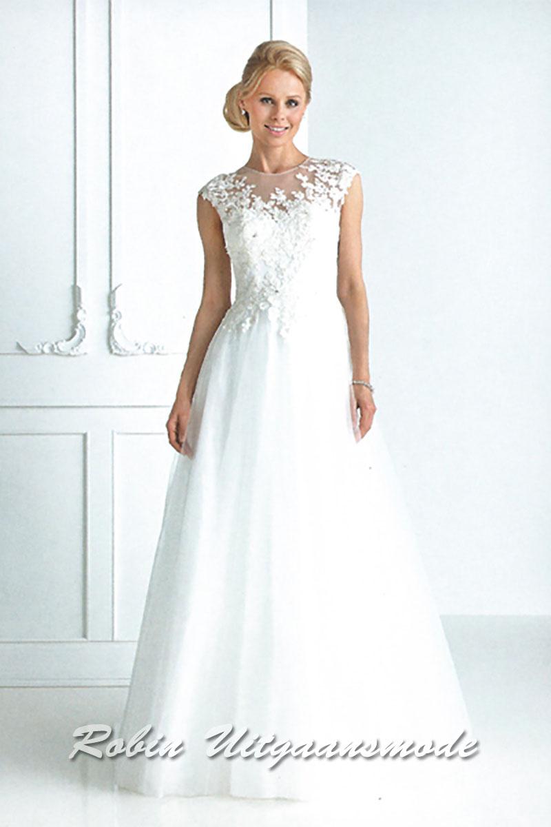 525c8814f512ce Stijlvolle witte trouwjurk met geborduurde kanten top en transparante hoge  neklijn