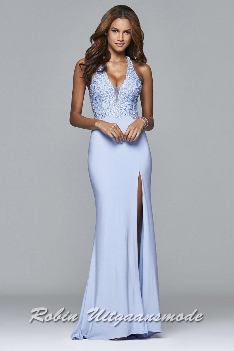 64ffa68c593998 ... Lichtblauwe lange jurk met een bloemen geborduurd kanten lijfje en een  sluik vallende rok met split ...