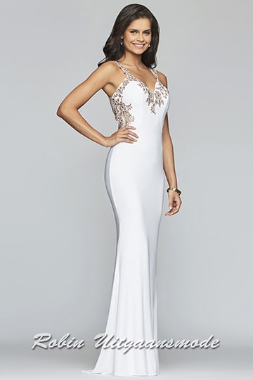 Fit and flare prom dress feature a v-neck decorated with lace applique lines around the neckline and sides | modelnr b-4-7