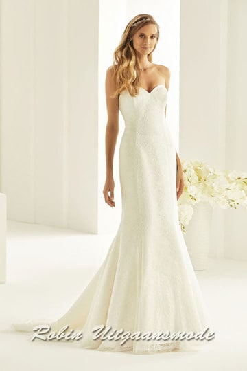 Mermaid model wedding dress with train, with a heart-shaped neckline and a lace closure on the back. | modelnr b-i4-4