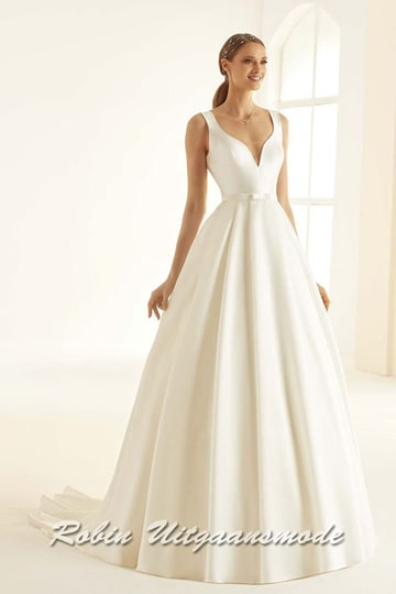 Satin wedding dress in an hourglass model with a small train and a V-neck with heart-shaped lines | modelnr b-i4-5