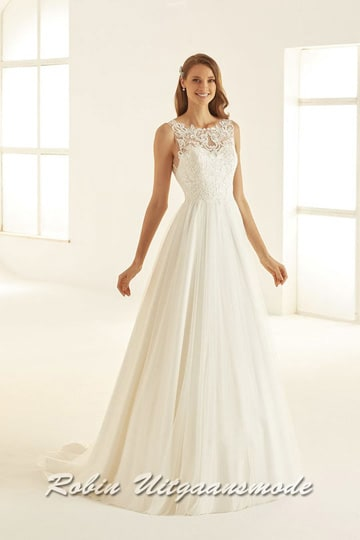 Ivory-white wedding dress with a tulle-covered skirt and small train, the heart-shaped bodice has a lace top layer with a boat neckline | modelnr b-i4-8