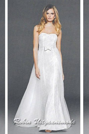 Strapless wedding dress with heart shape top, a slightly flared long skirt and a narrow waistband with bow tie | modelnr b-n4-6