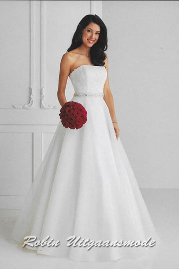 Wide flared gown features an lace bodice, beaded waist band and tule skirt. | modelnr b-u4-32