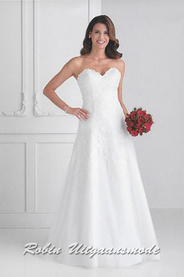 Charming long dress with heart shape neckline, the bodice is adorned with lace appliqués which run up to mid-skirt | modelnr b-u4-40