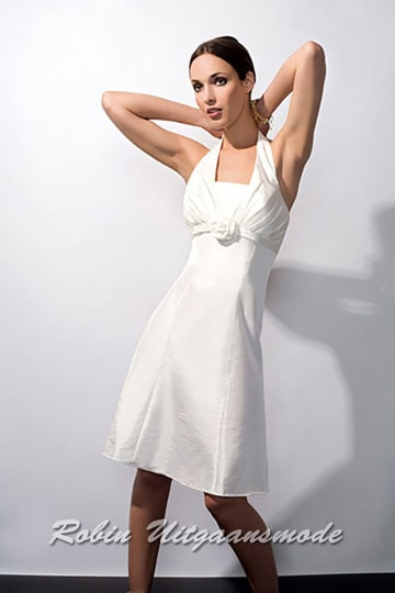 Short white wedding dress, the top closes like a halter at the neck and the décolleté is covered with a pass | modelnr c-a1-20