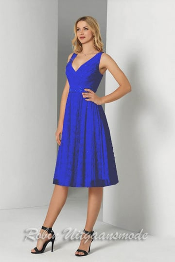 Royal blue evening dress with skirt till the knee, the bodice has a charming V-neck and wide shoulder straps | modelnr c-a1-72