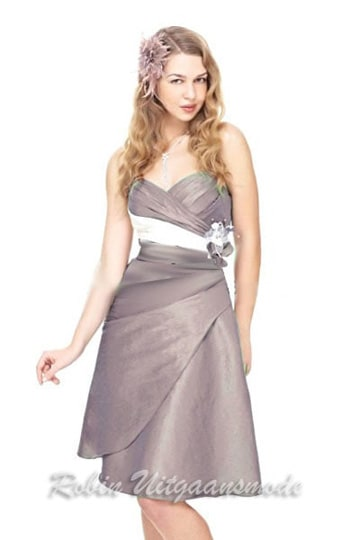 Elegant taupe coloured evening dress with elegant ivory white band at the waist | modelnr c-l1-1