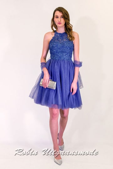 Stylish short evening dress with tulle skirt, the high-necked bodice is lovely decorated with beads and has a semi-open back | modelnr c-n1-64