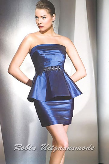 Short royal blue evening dress with a straight strapless bodice and a lap | modelnr c-r10