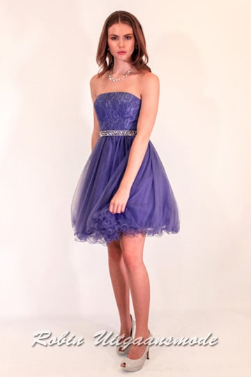 Strapless cocktail dress with tulle skirt in blue purple, the bodice is beautifully decorated with a floral application | modelnr c-ul1-15