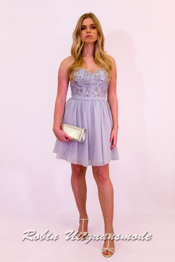 Short lavender cocktail dress with V-neck, narrow straps and a wide-cut skirt that reaches above the knee | modelnr c-ul1-31