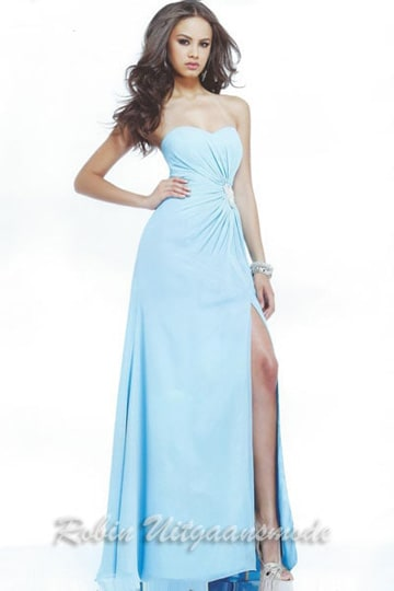 Light blue sweetheart strapless prom dress with beaded application on the waist and a high slit | modelnr g-2-113