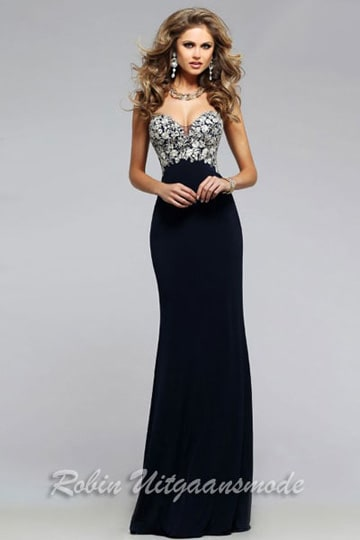 Chic navy blue dress with a graceful sweetheart neckline and a delicate white floral applique | modelnr g-2-162