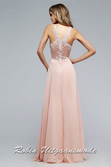 Transparent detailed back of the soft peach dress with a V-neck lace bodice | modelnr g-2-165