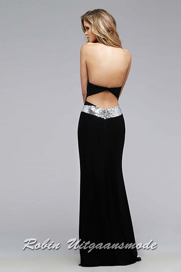 The low back with diamond shaped cut out above a shimmering waistband of the black sweetheart dress | modelnr g-2-172