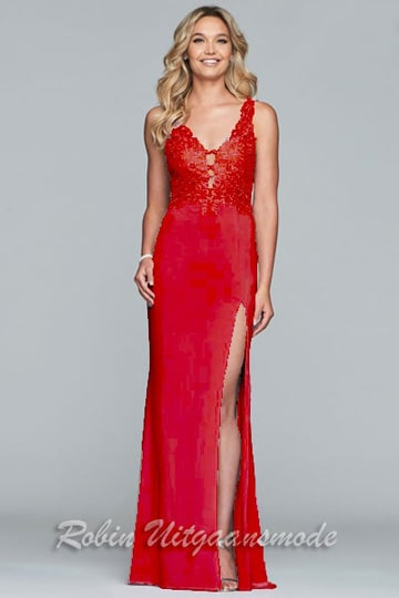 Long slim fitted prom dress, the lace bodice is decorated with small delicate stones, the skirt has a high slit, available in red | modelnr g-2-226