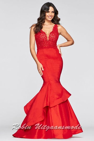 Luxury prom dress with mermaid skirt in layers, the bodice is decorated with luxurious lace, has a deep V-neck both on the front and back | modelnr g-2-235