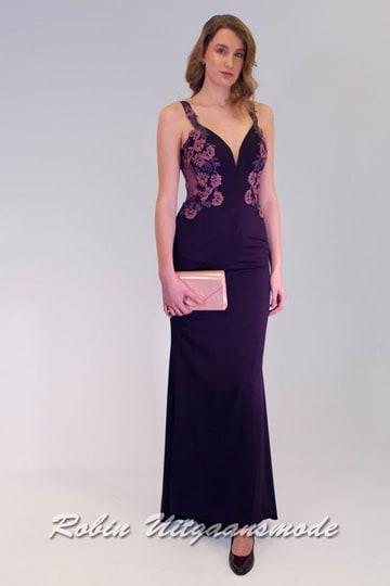 Slim fitted purple prom dress with a low back, featured with a V-neck bodice which is decorated with lace in a summer floral pattern | modelnr g-5-2