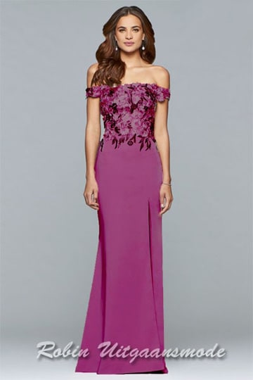 Charming off-shoulder prom dress, the fitted bodice is decorated with an elegant floral application, this full-length gown has a high leg slit. | modelnr g-5-4