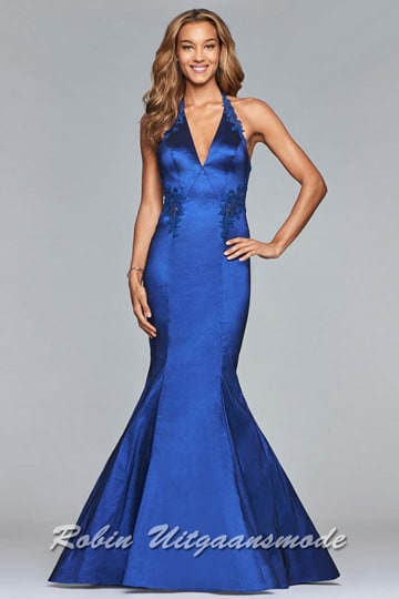 Mermaid style evening dress in navy blue, this chic gown has a v-neckline and is embellished with dainty lace along the halter straps and midriff | modelnr g-5-8