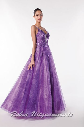 Purple glamour prom dress with a deep V-neckline, a low back and a flary skirt supported with tulle layers. | modelnr g-a2-33