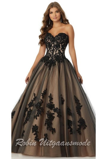 Beautiful black gold ball gown features a tulle skirt and a lace corset bodice with a sweetheart strapless neckline | modelnr g-mo2-28