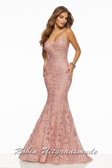 Stunning glamour prom dress in pink, features a fitted bodice and fishtail skirt fully covered embroidered and beaded lace overlay.| modelnr g-mo2-45