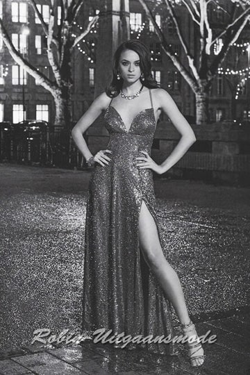 Glamorous glittery dress with a décolleté neckline, small straps and a high slit in the long skirt | modelnr g-n2-107