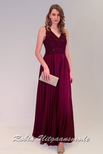 Burgundy evening dress with V-neck and flary chiffon skirt, the lace bodice is beautiful beaded and has a round open back | modelnr g-n2-110
