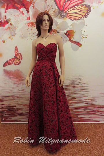 Burgundy red strapless prom dress, the bodice has a heart-shaped neckline and a semi-open back | modelnr g-n2-125