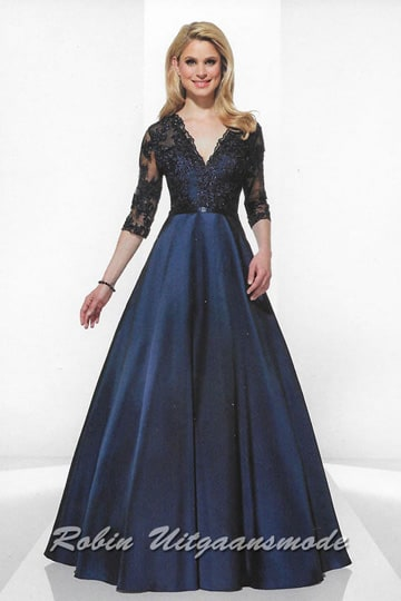 Dark blue evening dress with half-length sleeves. The V-neck bodice is decorated with lace fabric and beads. | modelnr g-u2-10