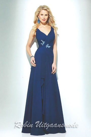 Draped blue prom dress with V-neck and embroidered applique at the waistline | modelnr g-u2-172