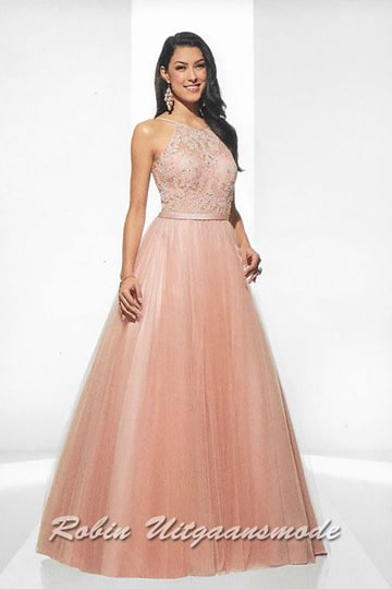 Romantic soft pink evening gown with a flared tulle skirt, the high-necked bodice is covered with embroidered lace. | modelnr g-u2-181