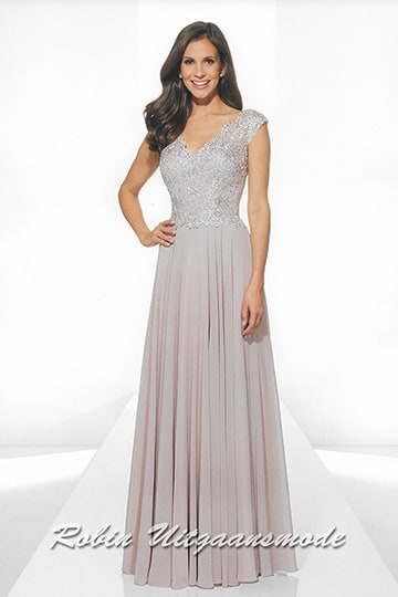 Long evening dress, the lace bodice has a charming V-neckline and the shoulders are half covered | modelnr g-u2-190