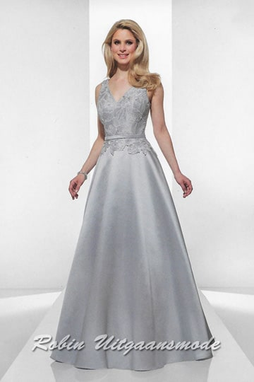 Stylish light-grey evening dress features a lace embroidered bodice with V-neck and flary long skirt. | modelnr g-u2-7