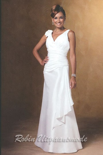 Elegant white evening dress with a V-neck draped bodice and a flower application on the shoulder | modelnr g-u4-10