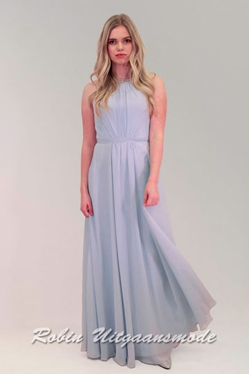 Beautiful smooth falling bridesmaid dress, coloured in lilac lavender with matching silver coloured shoes. | modelnr g-ul2-43-