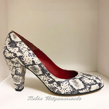 Pump with medium height heel with a black and white snake print, sale for € 39, - in size 37